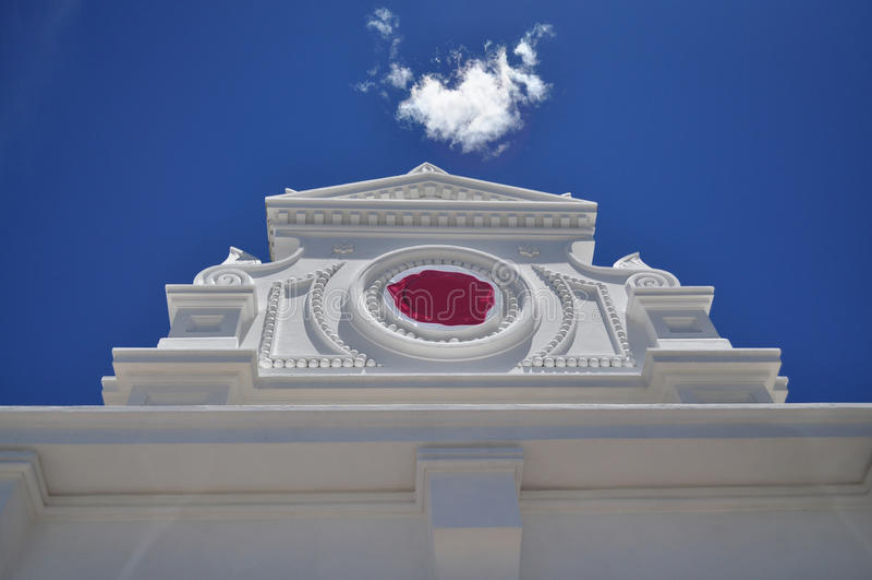 Arkitektonisk vit gavel royaltyfria foton