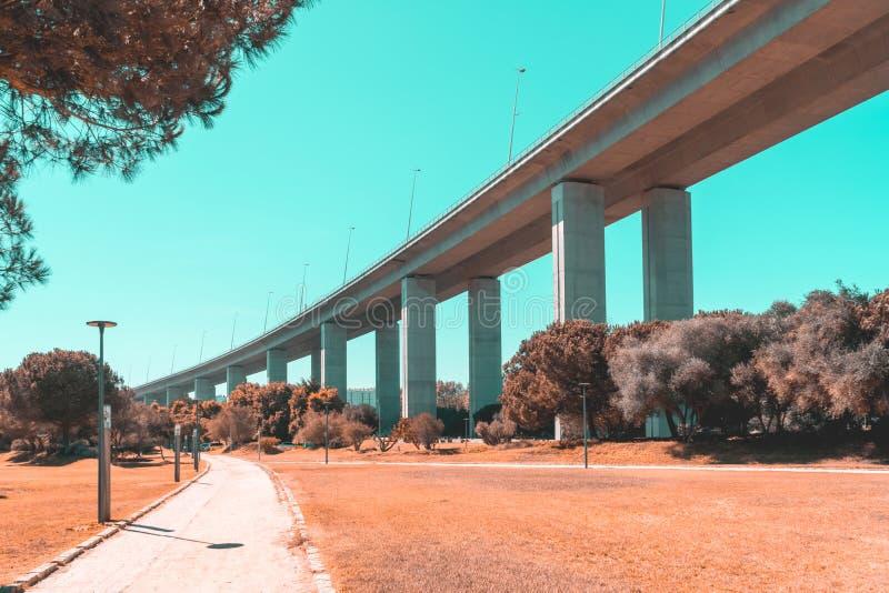 Arkitektoniska detaljer av 25 de Abril Bridge 25th April Bridge In Lisbon royaltyfri foto