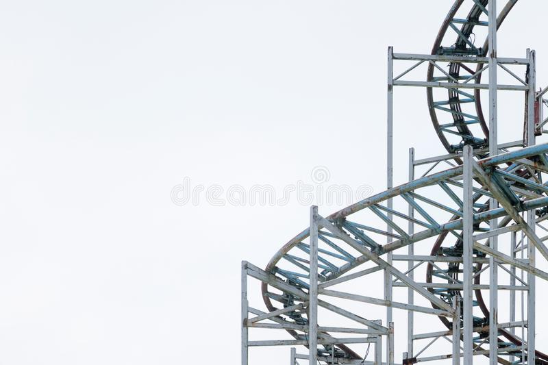 Arkitektoniska detaljer av den metalliska strukturen av ett stort ferrishjul Gamla lantliga karuselldetaljer på den utomhus- cirk royaltyfri bild
