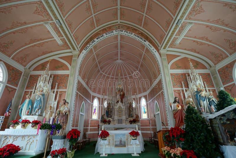Arkitektoniska detaljer av en liten målad kyrka i Schulenburg Texas fotografering för bildbyråer
