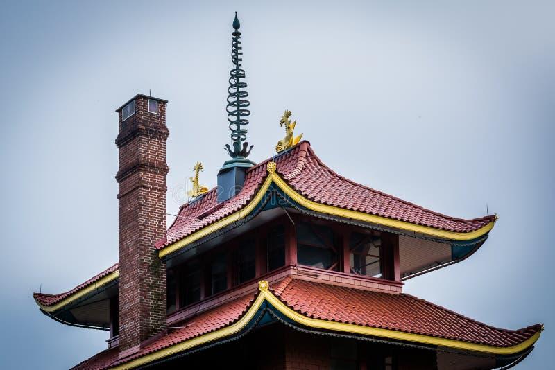 Arkitektoniska detaljer av pagoden på horisont kör, i läsning royaltyfria foton
