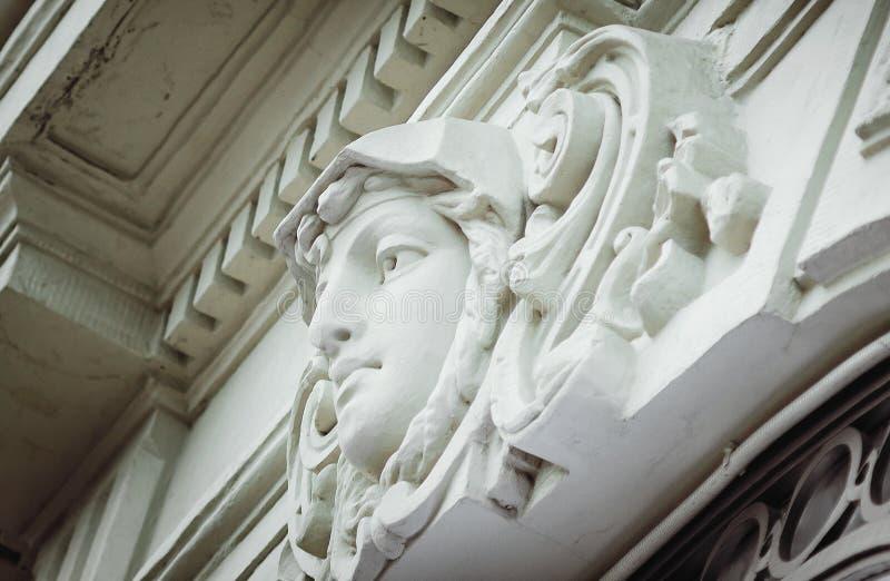 Arkitektoniska detaljer, närbild Fragment av en basrelief, St Petersburg arkivbilder