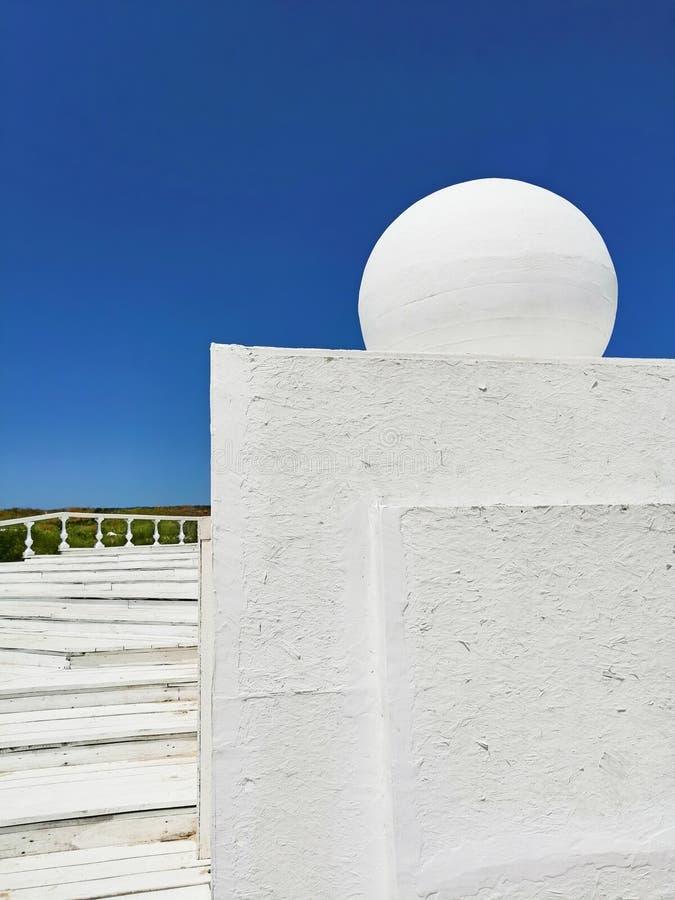 Arkitektoniska geometriska former mot himlen royaltyfria bilder