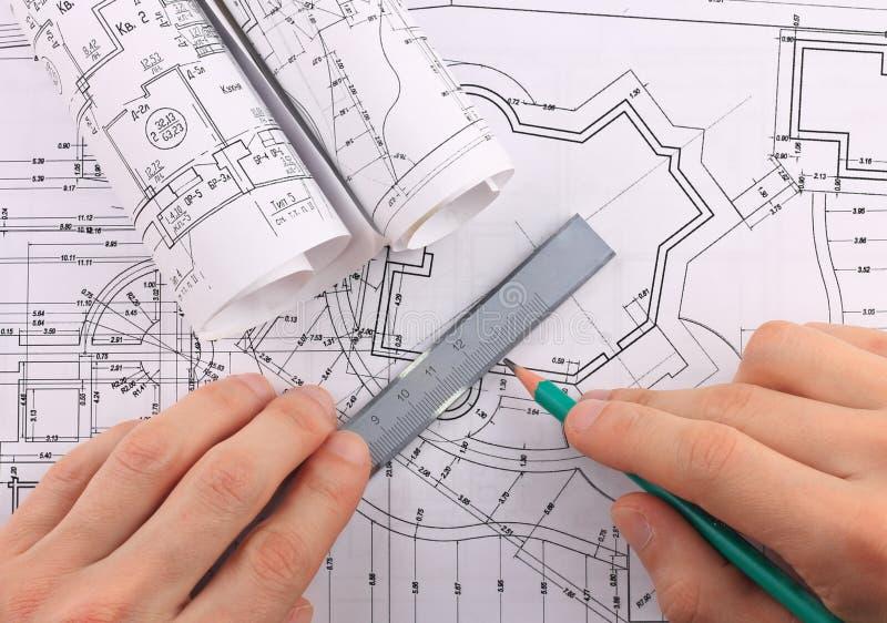 Arkitektoniska ritningrullar. arkivfoton
