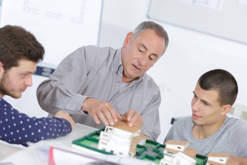 Arkitektoniska studenter för utbildning för modellbyggnad arkivbilder