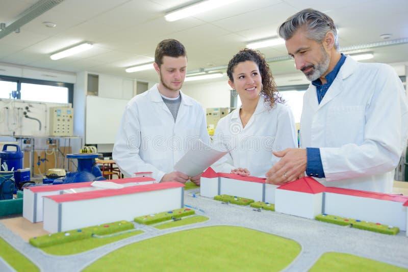 Arkitektoniska studenter för utbildning för modellbyggnad royaltyfri bild