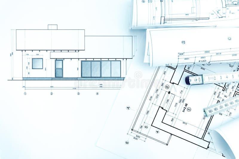 Arkitektoniska teckningar med husplan och tumstock royaltyfri fotografi