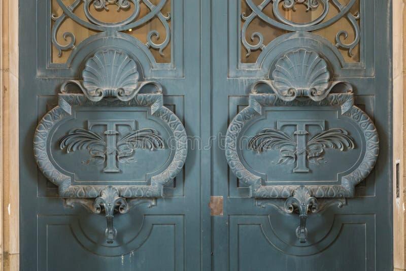 Arkitektoniska yttersidadetaljer för dörr av Louvremuseet royaltyfri fotografi