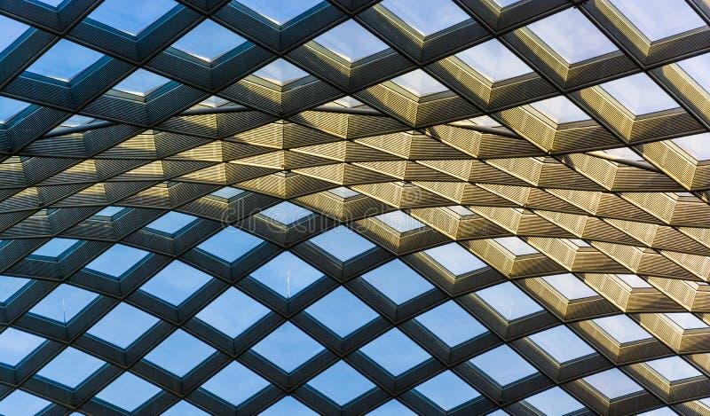 Arkitektoniskt abstrakt begrepp som tas av taket på Kogoden Courty arkivbild