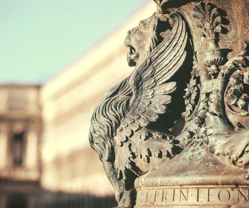 Arkitektoniskt fragment för bevingad lejonstaty från Venedig Detalj av det bevingade lejonet i flaggamast på piazza San Marco, Ve arkivbild