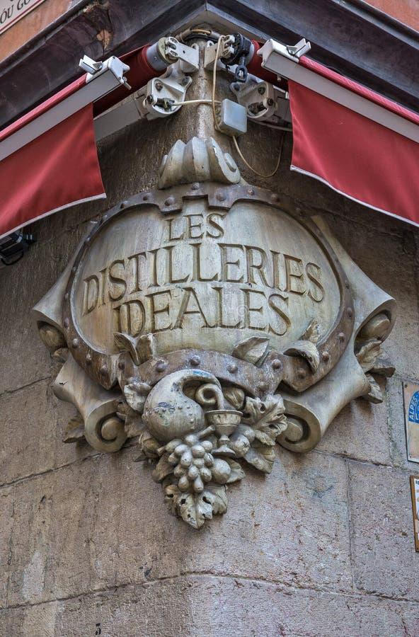 Arkitektoniskt fragment på hörnet av ett gammalt hus i Nice royaltyfria foton