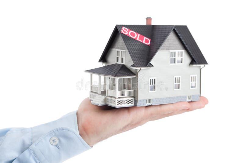 arkitektoniskt isolerad modell för handholding hus royaltyfria bilder