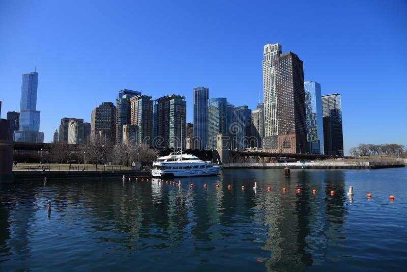 Arkitektoniskt landskap för tidig vår vid sjön i Chicago arkivbild