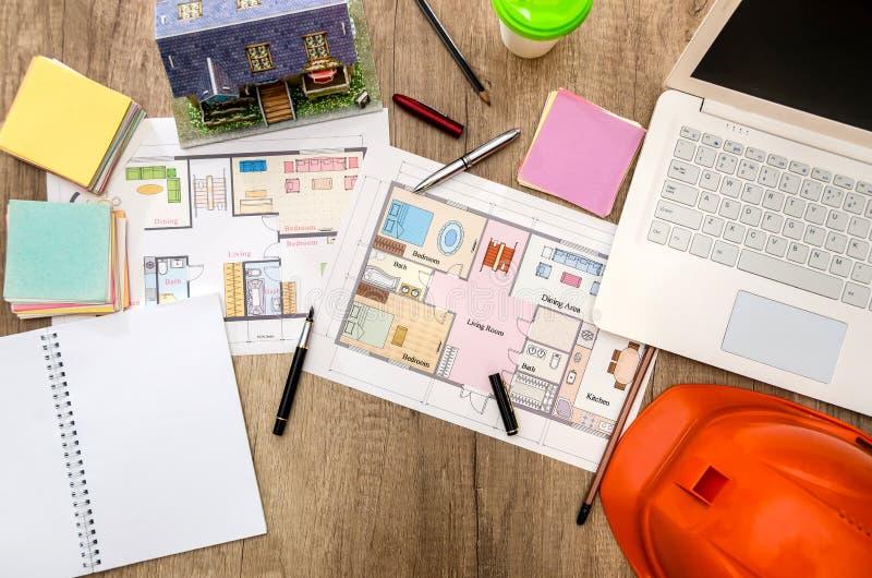 Arkitektoniskt plan av husbärbara datorn, hjälm fotografering för bildbyråer