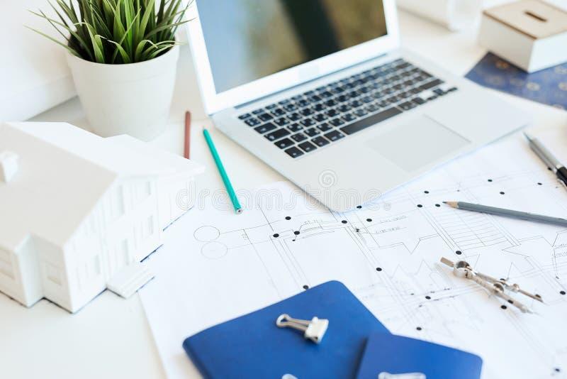 Arkitektoniskt skissa och modellera på skrivbordet arkivbild