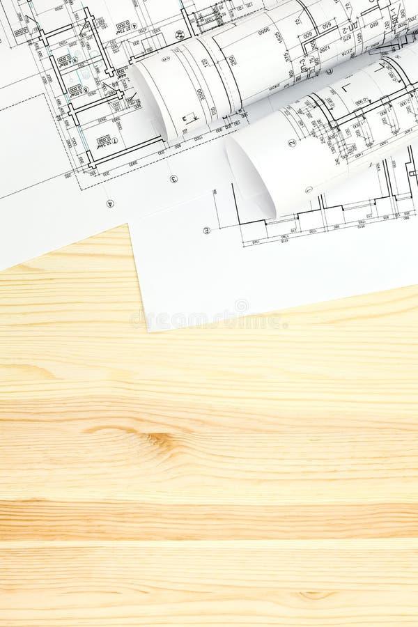 Arkitekts workspace med rullar och plan fotografering för bildbyråer