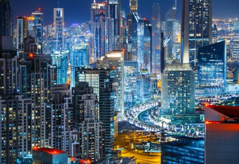 Arkitektur av affärsfjärden, Dubai, Förenade Arabemiraten Nattetidhorisont royaltyfri foto