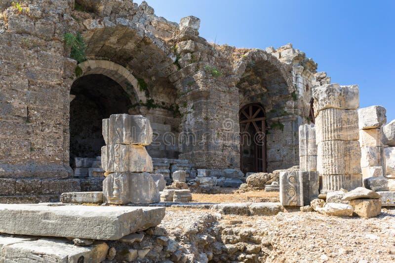 Arkitektur av den forntida romerska teatern i sidan, Turkiet royaltyfri foto