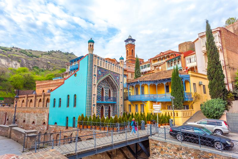 Arkitektur av den gamla staden av Tbilisi, Georgia, i Abanotubani royaltyfria bilder