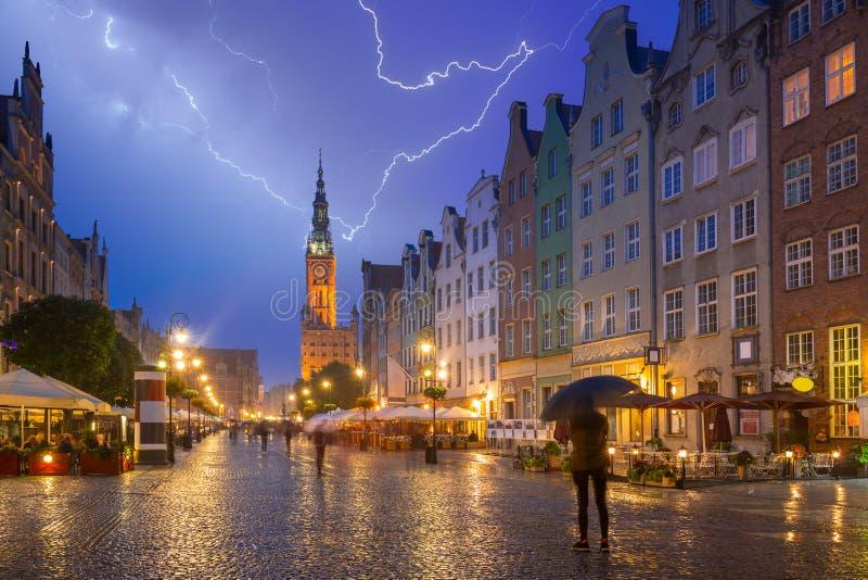 Arkitektur av den långa gränden i Gdansk på den regniga natten royaltyfri bild