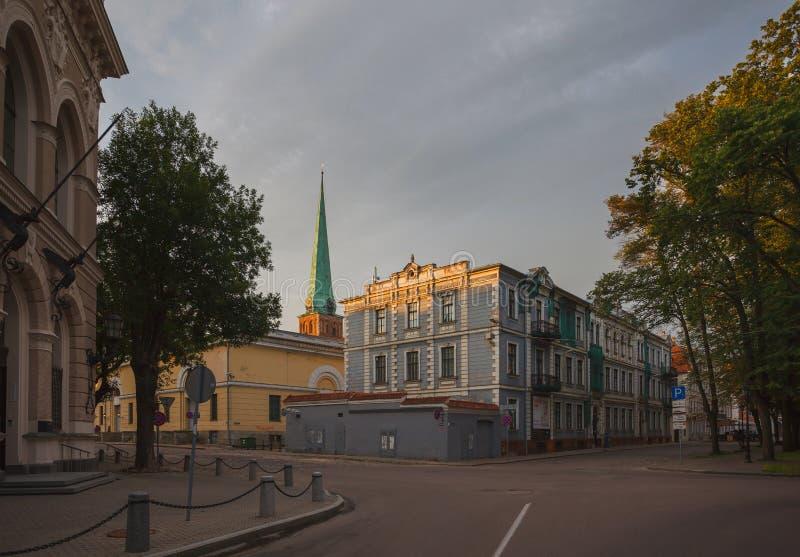 Arkitektur av gamla Riga tidigt på morgonen royaltyfri fotografi