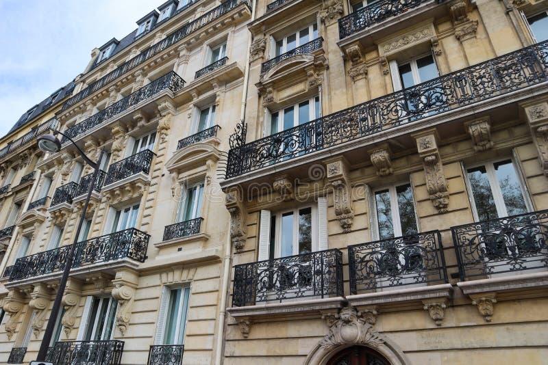 Arkitektur av Paris Frankrike Fasader av traditionella hyreshusar arkivfoto