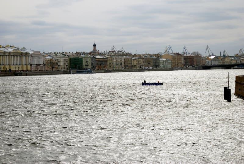 Arkitektur av St Petersburg, Ryssland Den Neva flodpanoraman royaltyfri fotografi