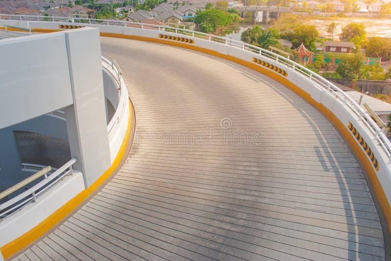 Arkitektur för främre sikt av den spiral vägen på parkeringsgolvet av utvändiga byggnader royaltyfria bilder