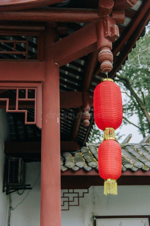 Arkitektur för traditionell stil av den kinesiska trädgården som dekoreras med den röda lyktan för mån- nytt år royaltyfri bild