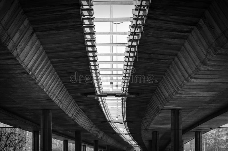 Arkitektur fodrar under bron med konkreta poler och den svartvita förstärkningen royaltyfri fotografi