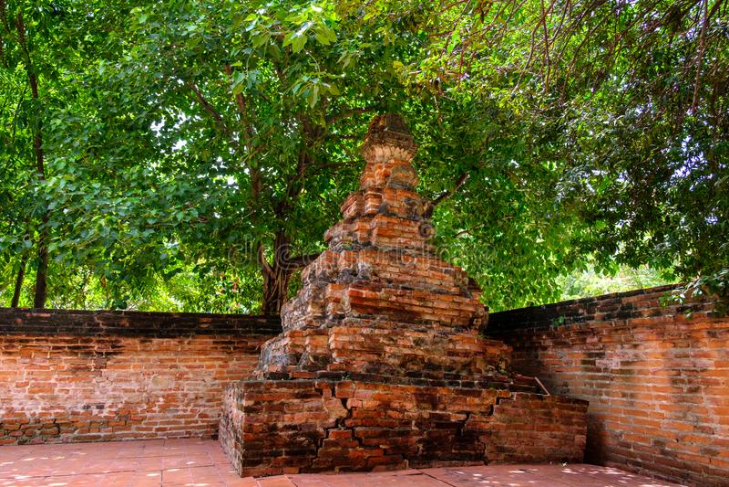 Arkitektur: Gammal pagodslott för traditionell bruten tegelsten i Tha royaltyfri bild