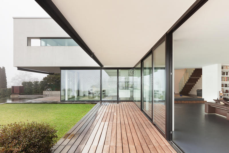 Arkitektur härlig inre av en modern villa royaltyfri bild