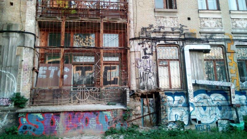 Arkitektur i Kiev: byggande + grafitti arkivbild