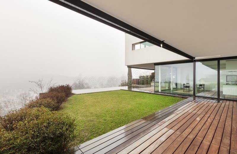 Arkitektur inre av en modern villa arkivbild