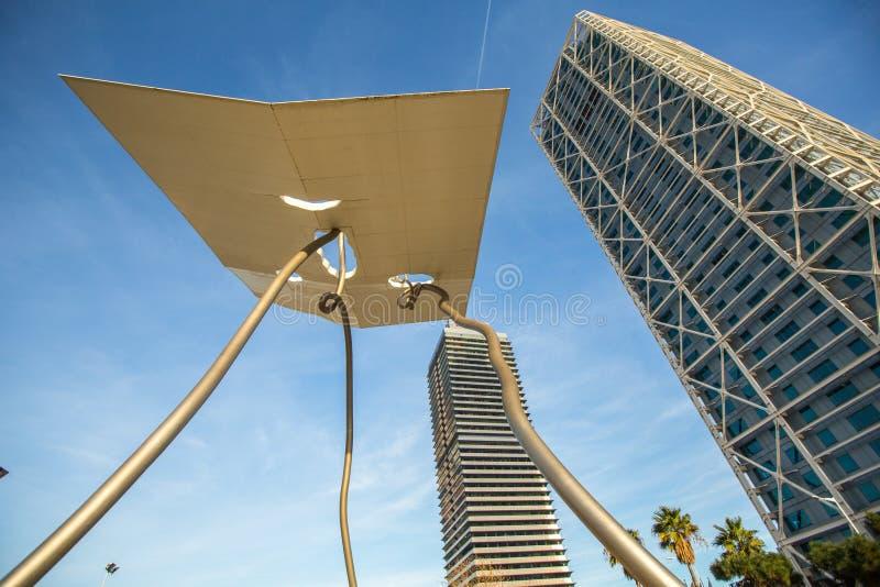 Arkitektur och konst-objekt på den olympiska hamnen Lokaliserad öst av porten av Barcelona royaltyfri foto