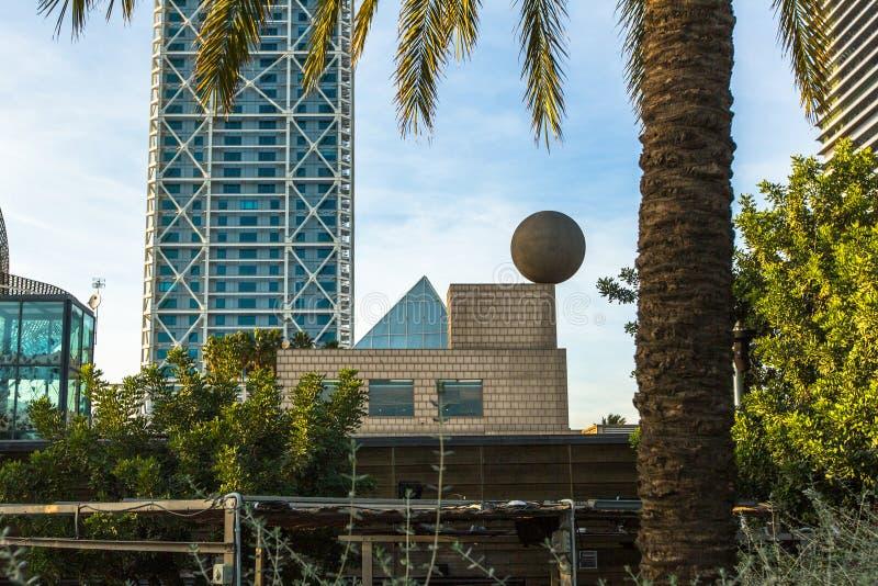 Arkitektur och konst-objekt på den olympiska hamnen Lokaliserad öst av porten av Barcelona royaltyfri fotografi