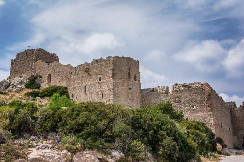 Arkitektur och naturen i Kritinia rockerar på den Rhodes ön, Grekland arkivbild