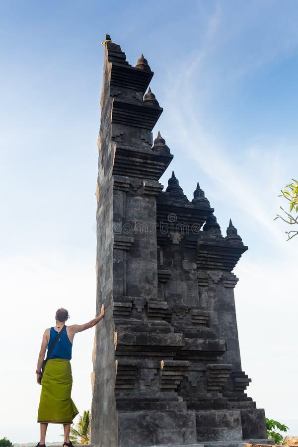 Arkitektur, resa och religion Handelsresande som tycker om sikten i den hinduiska templet Lempuyang i Bali, Indonesien arkivfoton