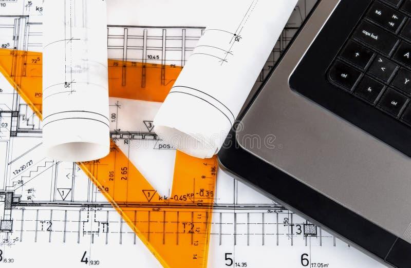 Arkitektur rullar arkitektritningar för arkitektoniska plan royaltyfri foto