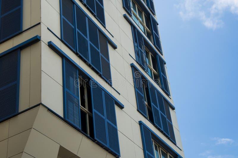 Arkitektur som bygger däcka blå affär för blå himmel för fönster fotografering för bildbyråer