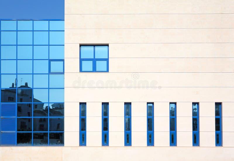 arkitektur som bygger moderna bedöva fönster arkivbilder