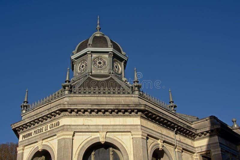 Arkitekturdetalj av av byggnaden av Peter den stora källan i Spa arkivbilder