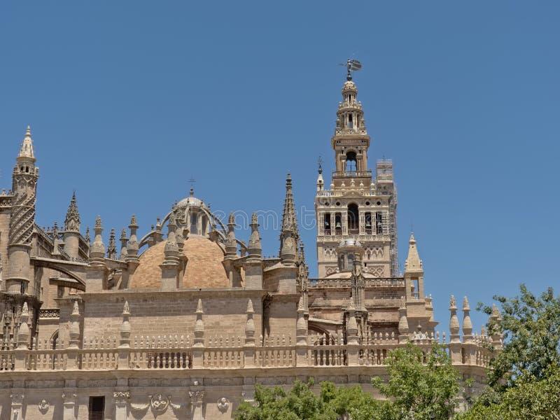 Arkitekturdetalj av den Seville domkyrkan och det Giralda tornet royaltyfri bild