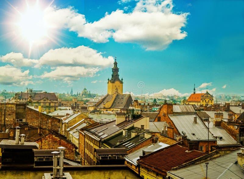 Arkitekturen av den gamla staden, tak av hus och kyrkan royaltyfria foton