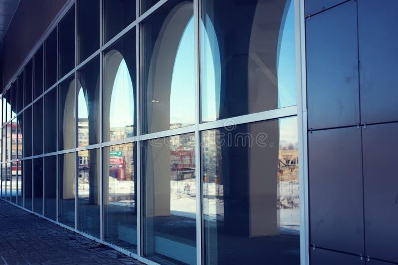 Arkitekturexponeringsglasbågar royaltyfri foto