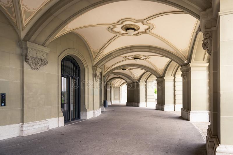 Arkitekturinre som är dekorativ av gotisk stil i Bern, Schweiz Perspektiv av den moderna arkitektoniska detaljfasaden royaltyfria bilder