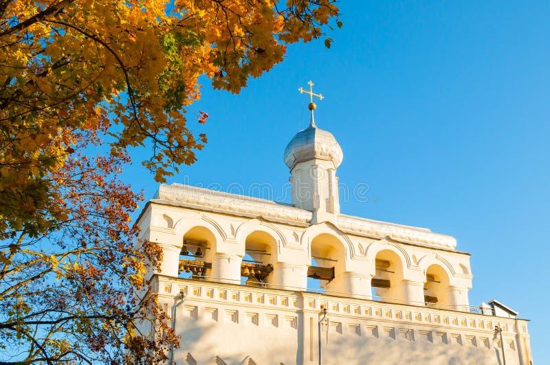 Arkitekturlandskap-klockstapel av helgonet Sophia Cathedral i Veliky Novgorod, Ryssland arkivbilder
