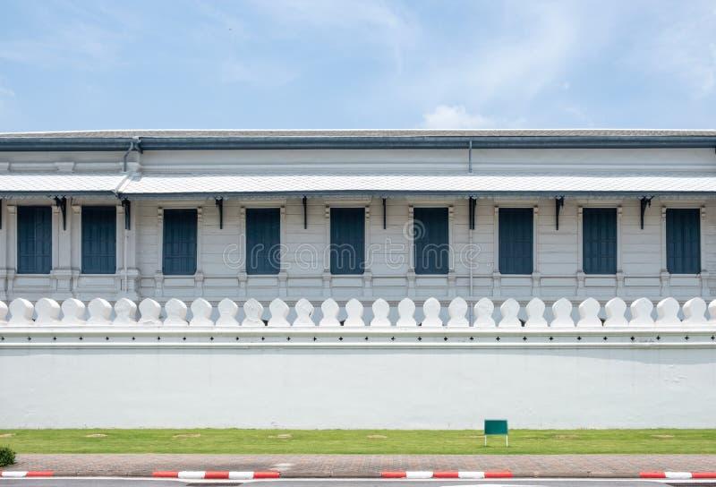 Arkitekturträbyggnad med fönster på traditionell vit w royaltyfria bilder