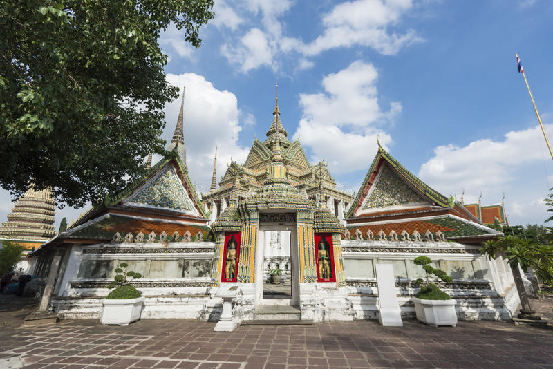 Arkiv av Phra Mondop på Wat Pho eller templet av att vila Buddha, Bangkok, Thailand arkivfoton