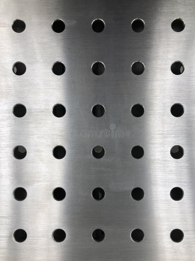 Arkmetall med runda hål arkivfoton